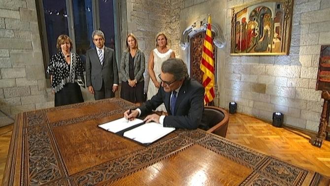 Artur Mas, hauteskundeetara deitzeko dekretua izenpetzen. ©/ TV3