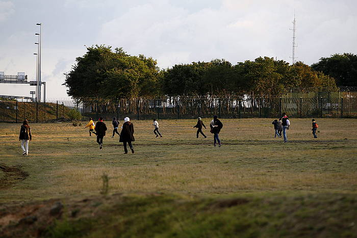 Hainbat migratzaile poliziatik ihesi, joan den ostiralean, Calaisen./ ©YOAN VALAT / EFE