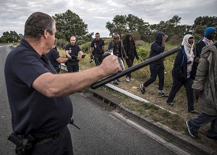 Frantziako Polizia hainbat etorkin bidaltzen, atzo, Calaisen./ ©ETIENNE LAURENT / EFE