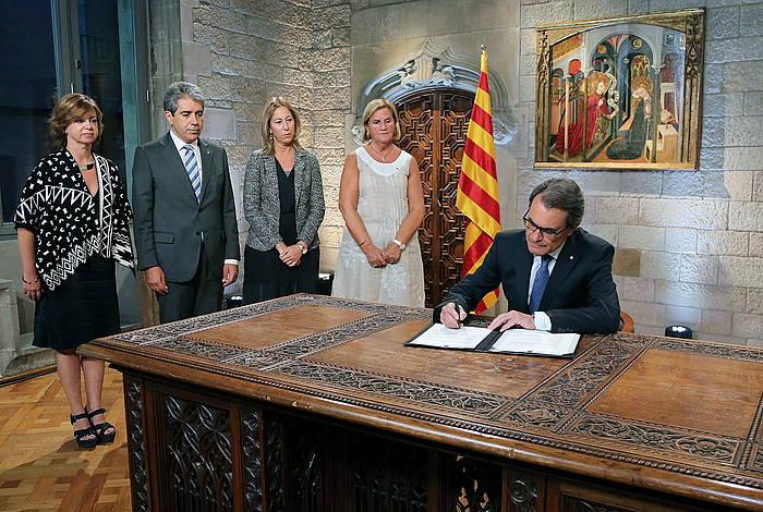 Artur Mas presidenteak atzo iluntzean sinatu zuen bozetako deialdia, gobernuko goi kargudunez inguratuta./ ©RUBEN MORENO / EFE