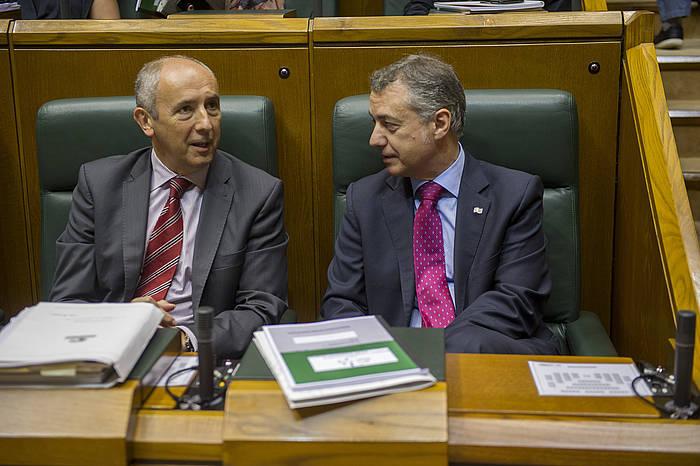 Josu Erkoreka eta Iñigo Urkullu lehendakaria Legebiltzarreko saio batean. ©Juanan Ruiz / Argazki Press