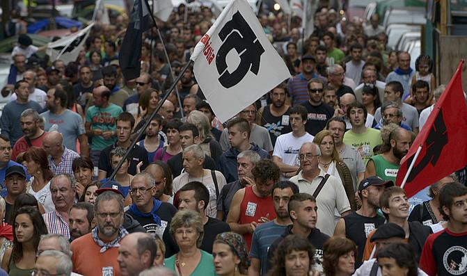 Ehunka herritar elkartu ziren Bilboko kaleetan larunbat arratsaldean eginiko manifestazioan. ©RAUL BOGAJO / ARGAZKI PRESS