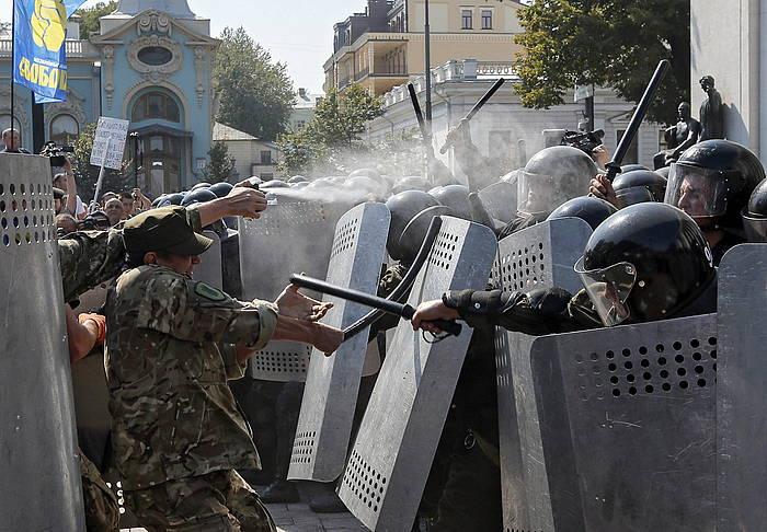 Erreformaren aurkarien eta Poliziaren arteko liskarrak izan ziren atzo, Kieven. ©Sergey Dolzhenko / EFE