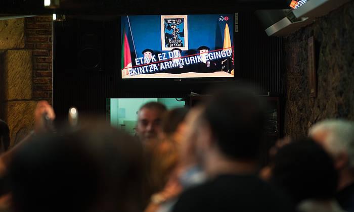 Hainbat pertsona, ETAren erabakiari buruzko albistea ikusten, Hernaniko taberna batean, 2010ean. ©Jon Urbe / Argazki Press