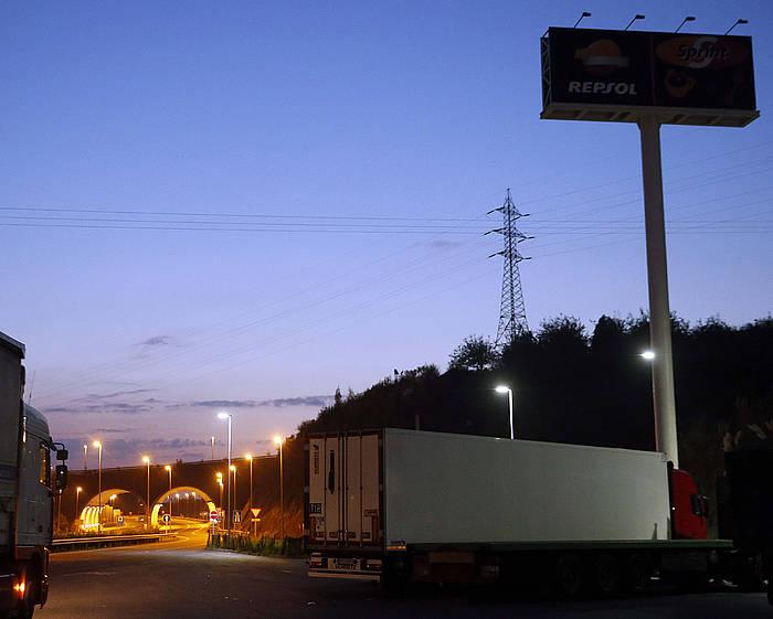 Hernaniko atsedengune batean agertu ziren, kamioi hozkailu batean, hipotermiak jota eta oxigeno faltan./ ©Javier Etxezarreta, EFE