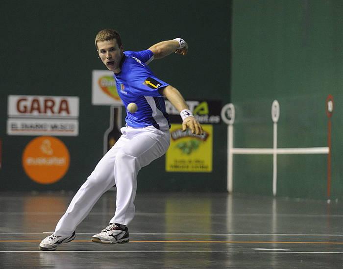 Iñaki Artola, pilota jotzear, atzo, Tolosan, Mikel Olaetxearen aurkako partidan./ ©JON URBE / ARGAZKI PRESS
