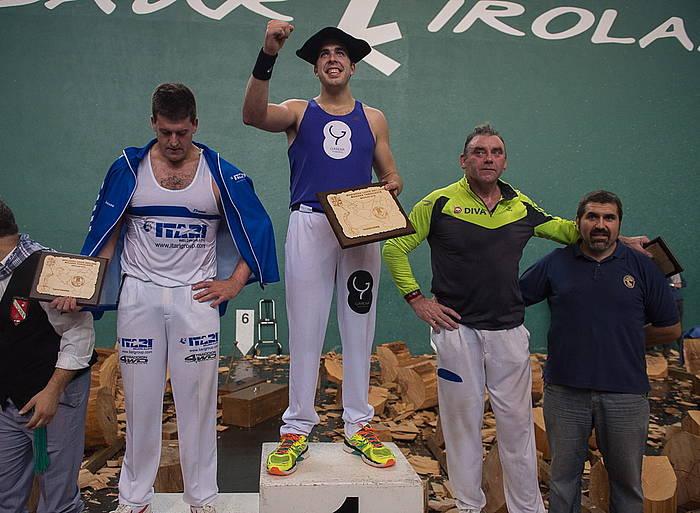 Aitzol Atutxak irabazi du Euskadiko Aizkora Txapelketa, harekin batera podiumean dauden Jon Irazu eta Jose Mari Olasagasti. ©Argazki Press
