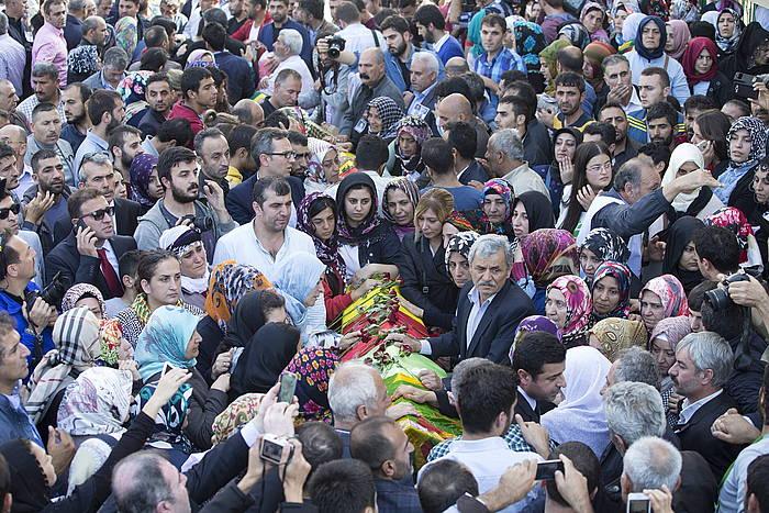 Kubra Meltem Mollaogluri HDP alderdiko hautagaiaren aldeko hileta, atzo, Istanbulen. Ezkerrean, Selahattin Demirtas alderdiko presidentekidea./ ©TOLGA BOZOGLU/EFE