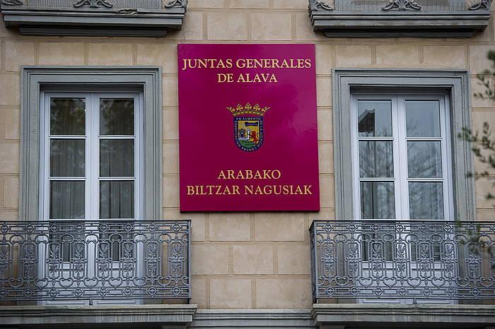 Arabako Biltzar Nagusien egungo izen ofiziala, foru parlamentuko bulegoen kanpoaldean./ ©JUANAN RUIZ / ARGAZKI PRESS