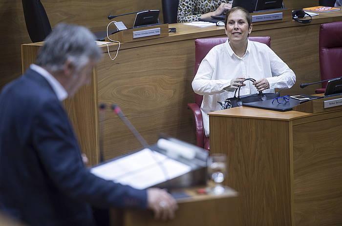 Uxue Barkos lehendakaria, Koldo Martinezen hitzaldia entzuten./ ©Jagoba Manterola, Argazki Press