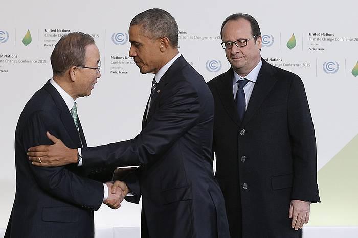 Ban Ki-moon eta Barack Obama elkarri bostekoa ematen, Francois Hollanderen begiradapean. ©CHRISTOPHE ENA / POOL