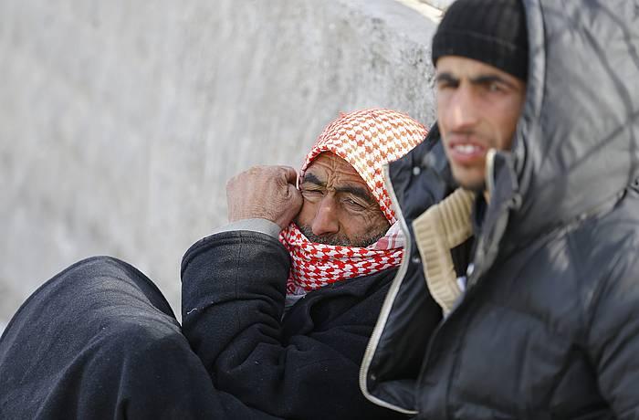 Errefuxiatu siriarrak Oncupinar pasabidea zabaldu zain, Kilis hiritik gertu, Turkiako mugan. ©Sedat Suna / EFE