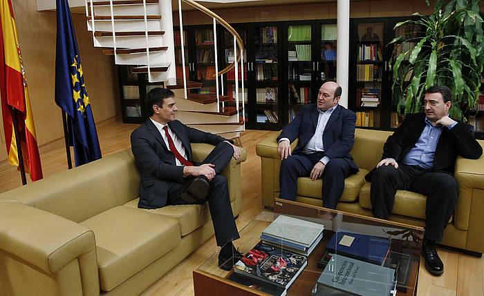 PSOEko buru Pedro Sanchez, EAJko Andoni Ortuzar eta Aitor Estebanekin. ©Sergio Barrenechea / EFE