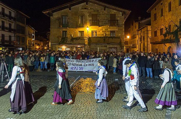 Igande goizaldean herrian izandako sexu erasoa salatzeko, elkarretaratzea egin zuten atzo iluntzean Tolosan. ©JON URBE / ARGAZKI PRESS