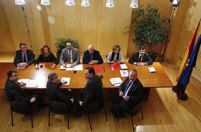 PSOEko negoziazio taldeko kideak eta EAJkoak, gaurko bileran. ©J. P. Gandul