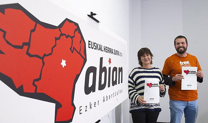 Marije Fullaondo eta Igor Arroyo, Abian prozesuko txostena aurkezten, Donostian. ©JUAN CARLOS RUIZ / ARGAZKI PRESS