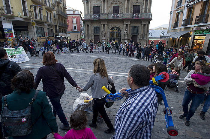 Iruñean haur eskolak euskaraz eskatzeko giza katea egin zuten iazko martxoan. ©Iñigo Uriz / Argazki Press
