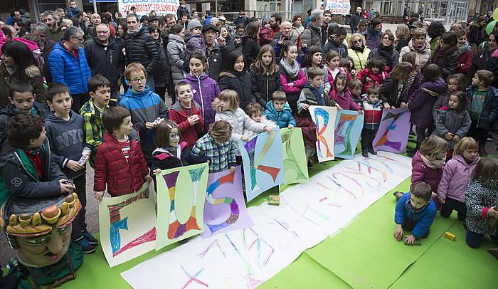 Euskarazko bi haur eskola gehiago izango dituztela ospatzeko, kalejira egin zuten euskalgintzak antolatuta. ©Jagoba Manterola / Argazki Press