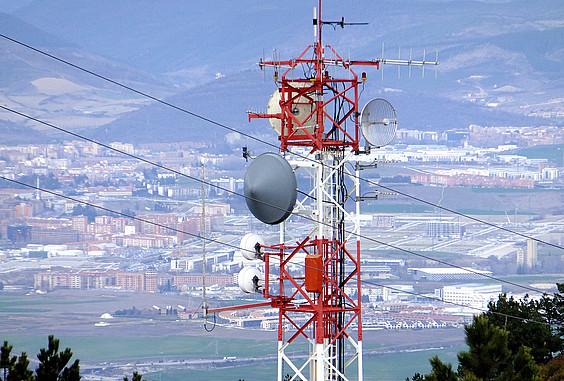Erreniega mendiko antenak zabaltzen du ETBko kateen seinale digitala Iruñerrirako. ©Iñigo Uriz / Argazki Press