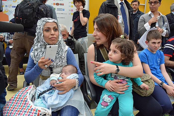 Errefuxiatu siriarrak Erromako Fiumincino aireportuan. ©Telenews / EFE
