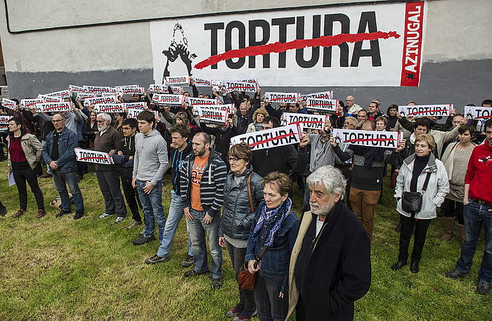 Protesta Burlatan, tortura salatzen duen muralean. ©Jagoba Manterola / Argazki Press