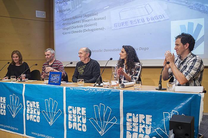Herri galdeketak bultzatu dituzten taldeetako ordezkariak, astelehenean, Donostiako Koldo Mitxelena Kulturunean. ©Juan Carlos Ruiz / Argazki Press