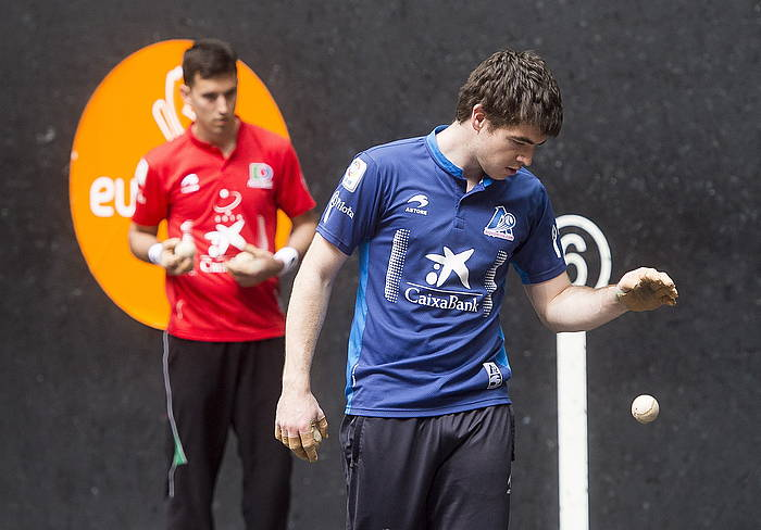 Mikel Urrutikoetxea eta Iker Irribarria, iragan ostegunean, finalerako pilotak aukeratzen. ©Luis Jauregialtzo / Argazki Press