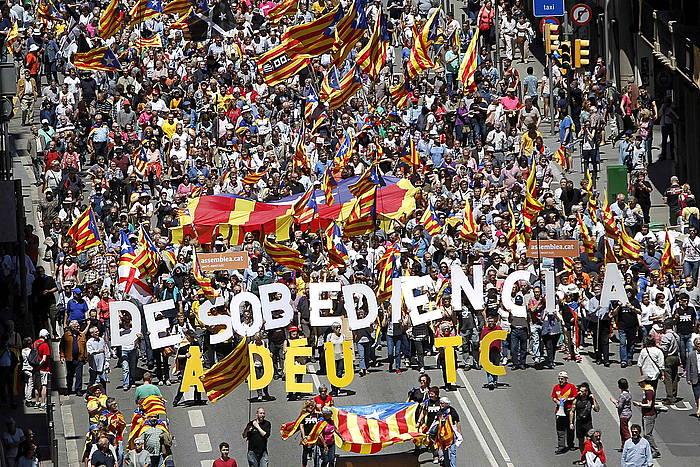 Jendetza bildu da Espainiako Konstituzionalaren aurkako manifestazioan, Bartzelonan. ©Marta Prez / EFE