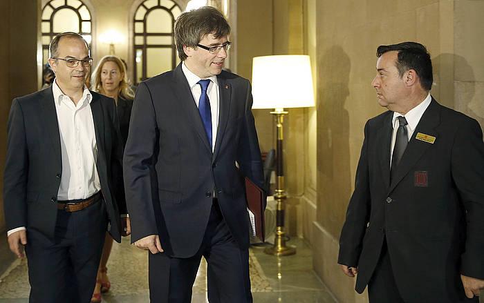 Generalitateko presidente Carles Puigdemont eta JxSiko eledun Jordi Turull, CUPen erabakia aztertzeko bilerara heltzen. ©Andreu Dalmau / EFE