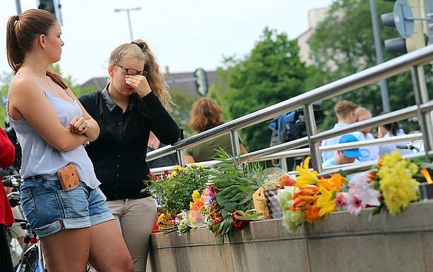 Tiroketa gertatu zen tokian herritarrek loreak utzi zituzten atzo, Municheko Olinpiar Estadioaren ondoan. ©KARL-JOSEF HILDERBRAND / EFE
