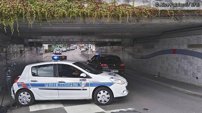 Poliziaren auto bat, gatibuak hartu dituzte elizaren inguruetan. ©ALICE PATALACCI / Efe