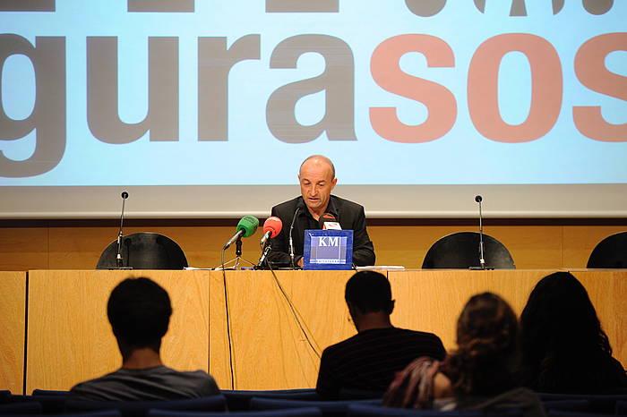 Joseba Belaustegi GuraSOSeko kidea antolatutako ekimenen berri ematen ©Jon Urbe / Argazki Press