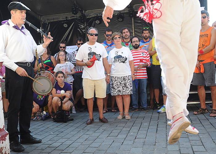 Iñigo Cabacas zenaren gurasoak, herritarren artean, Txomin Barullo konpartsak egindako omenaldian. ©Argazki Press