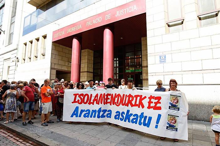 Protesta Bizkaiko Auzitegiaren atarian, Zuluetaren egoera salatzeko. ©/ Argazki Press