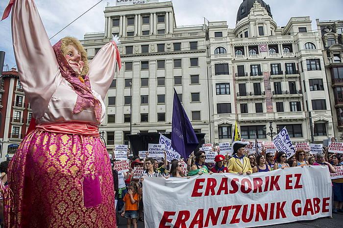Ostiralean Bilboko Konpartsek deituta sexu erasoak salatzeko elkarretaratzea egin zen. ©Marisol Ramirez / Argazki Press