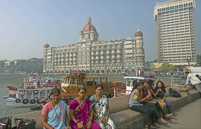 Zenbait emakume, Bombay hiriko Taj Mahal hotel ospetsuaren aurrean. ©Divyakant Solanki / EFE