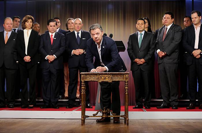 Juan Manuel Santos, behin betiko su-etena izenpetzen. ©Leonardo Muñoz / EFE