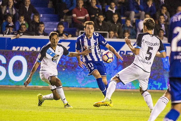 Ibai Gomez, baloiarekin, Deportivoren aurkako partidan. ©Jaizki Fontaneda / Argazki Press