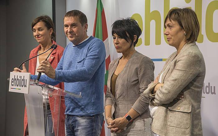 EH Bilduko ordezkariak, hauteskundeen balorazioa egiteko agerraldian. / Andoni Canellada / Argazki Press