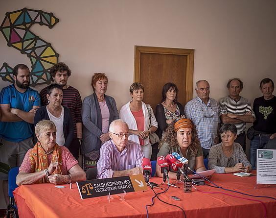 Alkorta eta Azkarraga Sareko bozeramaileak, presoen senideekin batera, apirilean, Gasteizen. ©Jaizki Fontaneda / Argazki Press