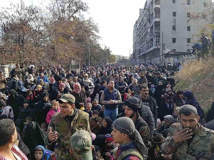 Zibilak, Alepo ekialdeko Al-Salhen auzotik aterazeko zain. / ©Stringer
