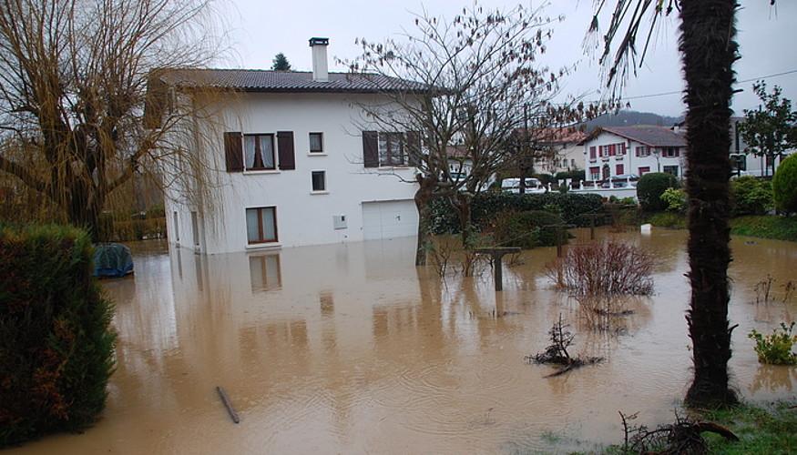 Hainbat lagunek etxetik kanpo pasatu dute gaua Bergaran eta Donostian