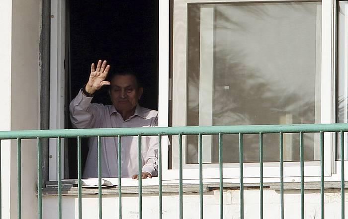 Hosni Mubarak, iazko urriaren 6an, erietxeko leihotik zaleak agurtzen. ©KHALED ELFIQI / EFE