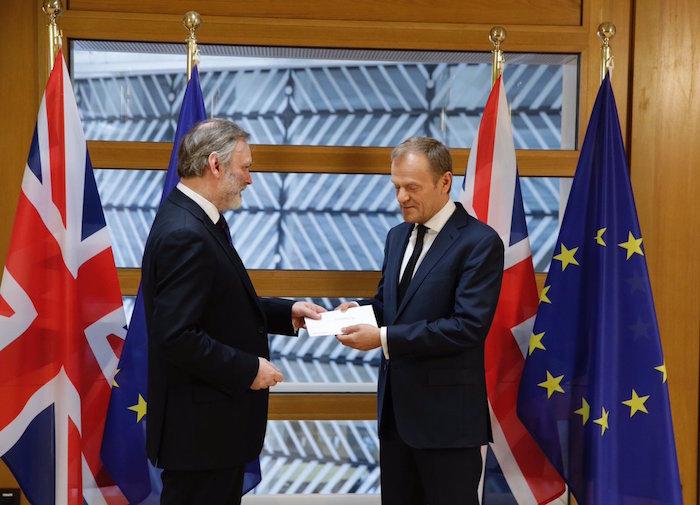 Donald Tusk Londresen erabakiaren berri jasotzen duen dokumentua hartzeko unean. / ©BERRIA