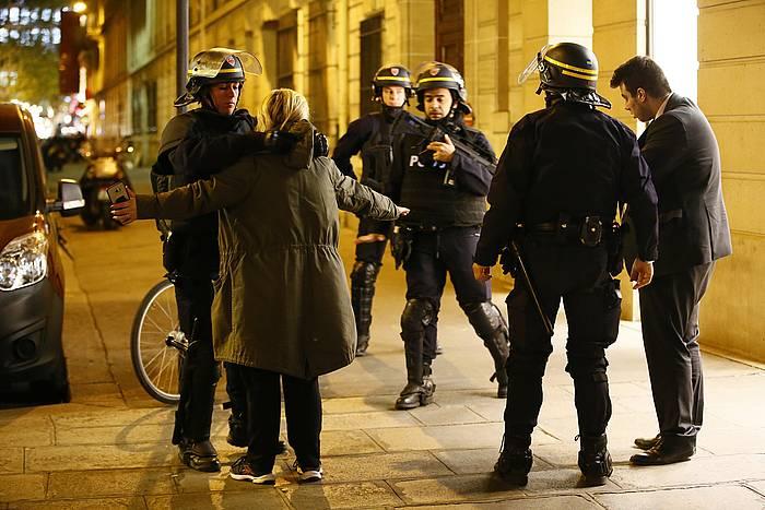 Poliziak itxi egin ditu Eliseoko Zelaietako inguruak. Irudian, oinezko batzuk miatzen.