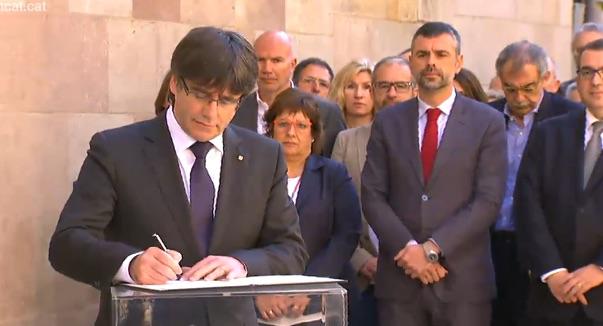 Carles Puigdemont, konpromisoa adierazteko manifestua sinatzen.