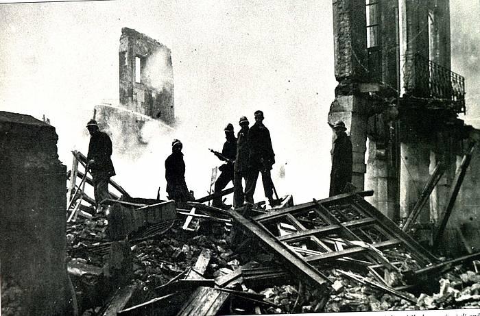 Suhiltzaileak beharrean Gernikako bonbardaketaren ostean. ©