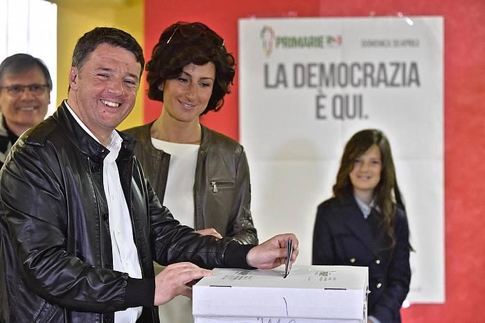 Matteo Renzi, botoa ematen. ©MAURIZIO DEGL INNOCENTI / EFE
