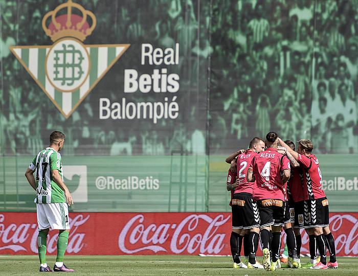 Alaveseko jokalariak, arabarren lehen gola ospatzen. ©RAUL CARO CADENAS / EFE