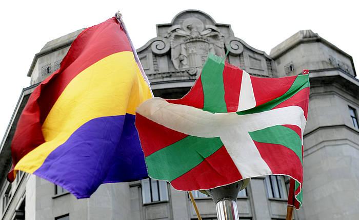 Espainiako Errepublikaren bandera eta ikurrina, ikur frankista atzen dutela, Espainiako Konstituzioaren Egunean. /